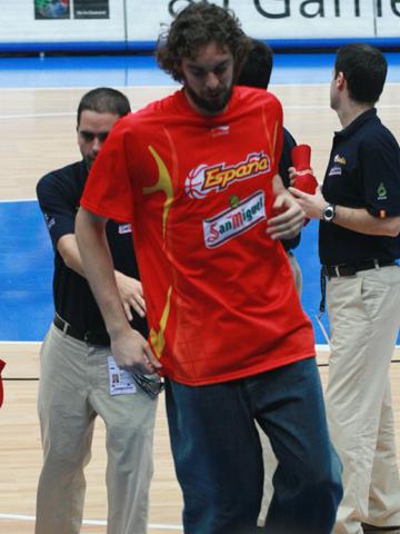 世锦赛图:西班牙VS希腊 加索尔一瘸一拐的行走