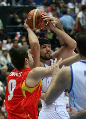 世锦赛图:西班牙VS希腊 雷耶斯与对方贴身肉搏