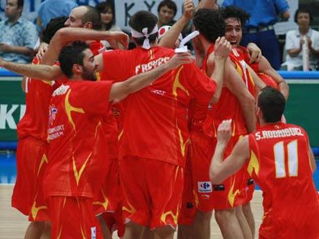 世锦赛图:西班牙大胜希腊 队员抱成一团庆祝