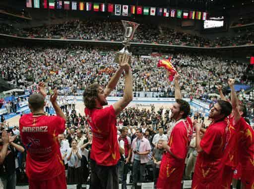 世锦赛图:西班牙大胜希腊 加索尔高举冠军奖杯