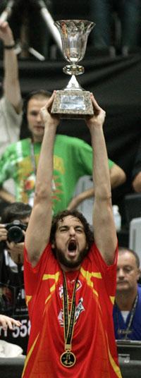 世锦赛图:西班牙大胜希腊 加索尔高高举起奖杯