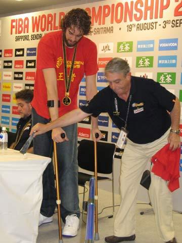 世锦赛图:西班牙夺冠 加索尔拄着双拐离席