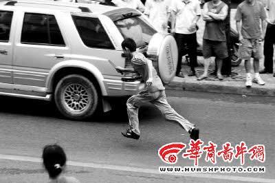重庆一餐馆伙计为讨薪闹市持刀与警察对峙(图)