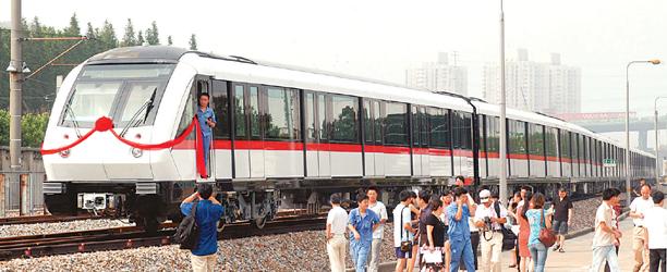 首列大容量地铁列车昨抵沪(图)