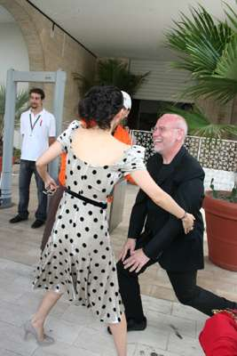 章子怡抵威尼斯 影展主席跪拜迎皇后娘娘(图)
