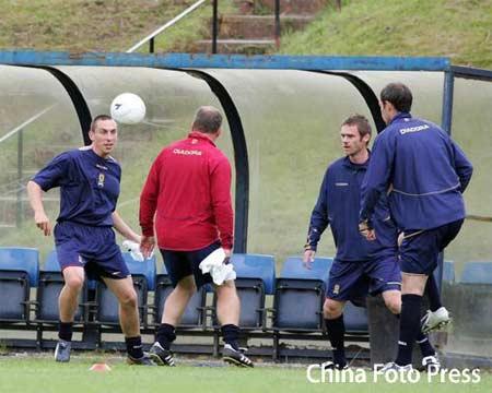 图文:苏格兰队备战欧洲杯预选赛 球员在训练中