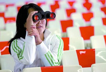 女大学生上课要用望远镜看黑板组图 搜狐新闻