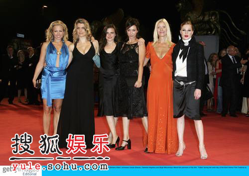《跌落》首映 意大利总理捧场六位美女(组图)