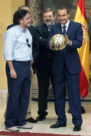 图文:西班牙队首夺世界冠军 总理捧杯喜不自禁