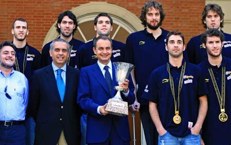 图文:西班牙队首夺世界冠军 首相接见全体队员