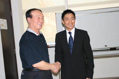 图文:蒋效愚接见刘德华 蒋效愚与刘德华握手