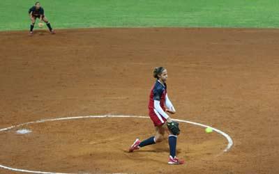 图文:女垒世锦赛决赛美国对阵日本 投手对决