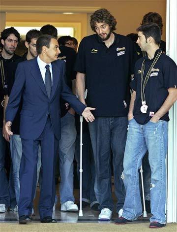 图文:西班牙队首夺世界冠军 加索尔拄着双拐