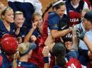 图文:女垒世锦赛美国夺冠 队员庆祝取得本垒打
