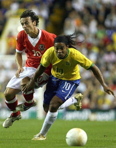 图文:巴西VS威尔士 罗纳尔迪尼奥带球突破