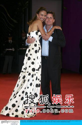 《鲍比》隆重首映礼 马特金娜奶牛裙天真烂漫
