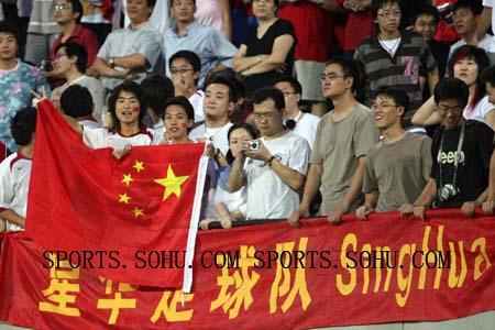 新加坡华人助威声势大 中国队客场胜似主场(图)