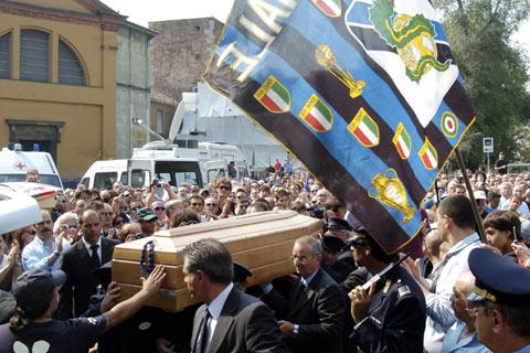图文:法切蒂葬礼在米兰举行 球迷向灵柩致敬