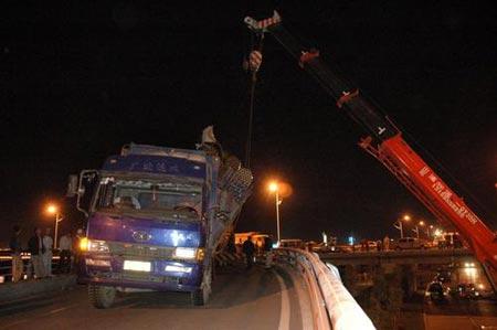 吉林:超大货车桥上倾斜 市政部门紧急救援(图)