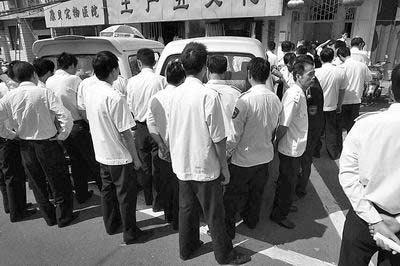 郑州民警街头执法 巡防队员组人墙拒贴罚单(图)
