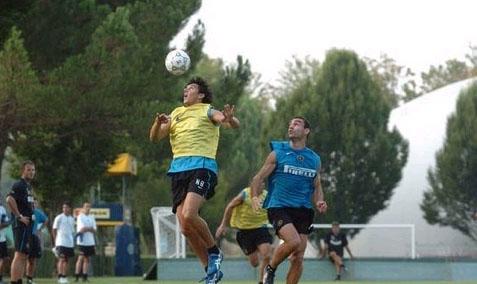 图文:国际米兰周中集训 布尔迪索争抢头球