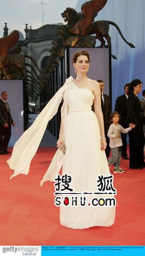 海瑟薇古典飘逸白裙 演绎女神圣洁风范(组图)