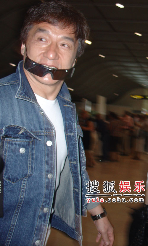 成龙高圆圆飞抵水城 最后一华语电影军团亮相