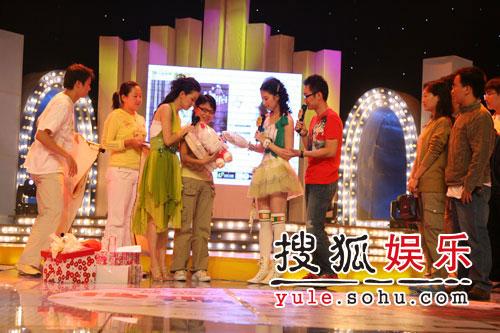 图:刘亦菲线上音乐会写真(1)