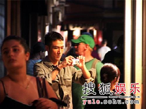 《宝贝计划》到达水城 吴镇宇逛街玩自拍(图)