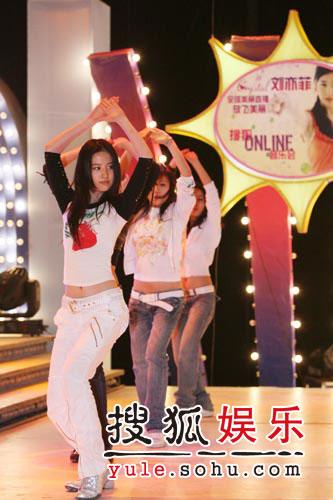 图:刘亦菲线上音乐会彩排照片(2)