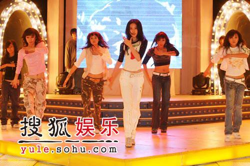 图:刘亦菲线上音乐会彩排照片(6)