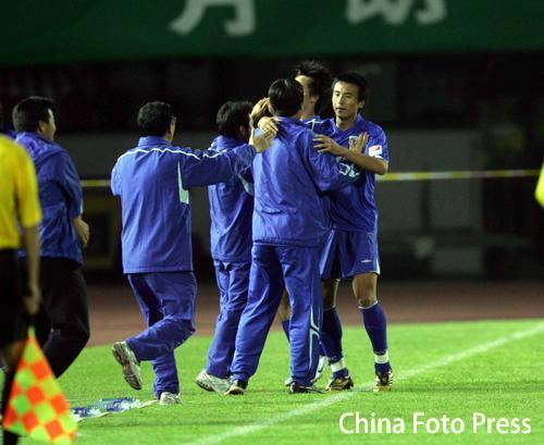 图文:北京国安0比1上海申花 申花队员庆祝进球