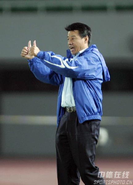 图文:北京0-1申花 申花主帅吴金贵场边指挥