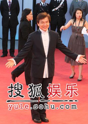 图:威尼斯闭幕盛典 成龙黑色唐装礼服亮相