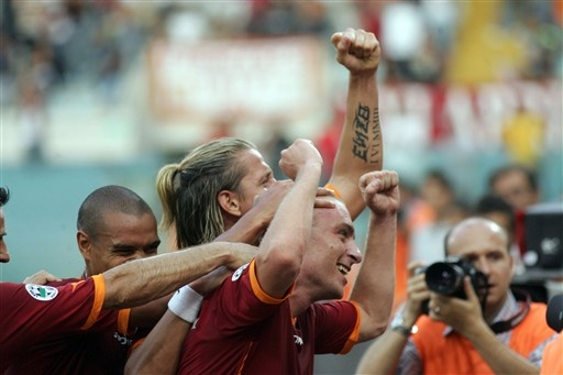图文:意甲揭幕战罗马VS利沃诺 罗马庆祝进球