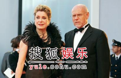 图:威尼斯闭幕盛典 凯瑟琳德纳芙亮相