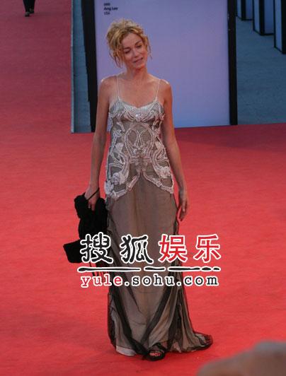 图:威尼斯闭幕盛典 女星史蒂芬妮亮相秀乳沟
