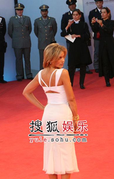 图:威尼斯闭幕 女星性感亮相秀身材送香吻