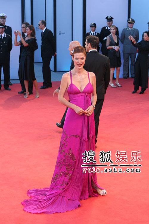 图:威尼斯闭幕 女星拖地红色长裙耀眼亮相