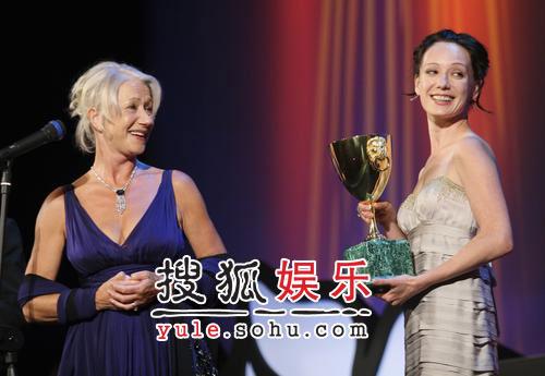 图:威尼斯闭幕礼 哈玛多娃颁发最佳女主角奖
