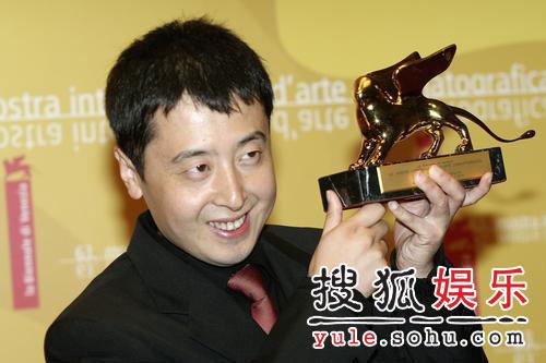 图:威尼斯颁奖后台 贾樟柯激动亲吻金狮奖杯