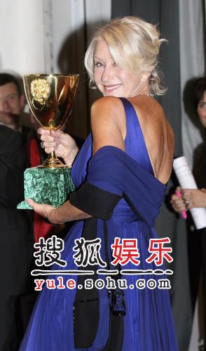 图:威尼斯颁奖后台 最佳女主角海伦高举奖杯
