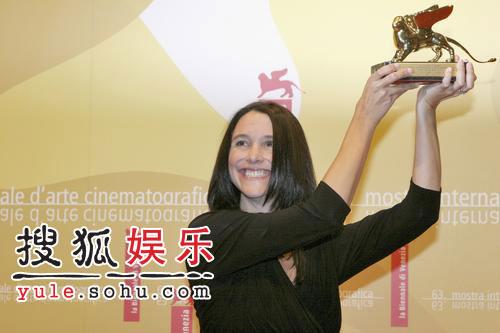 图:导演杰西卡激动亲吻最佳导演处女作奖杯
