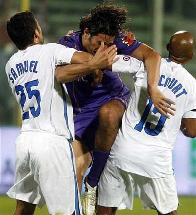 图文:意甲佛罗伦萨2-3国米 托尼推土机式突破