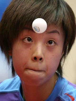图文:新加坡乒乓球公开赛 张怡宁击败王楠封后
