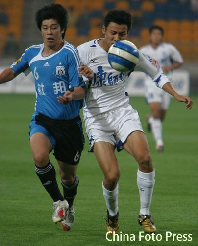 图文:天津主场0-0平实德 张耀坤防守主队前锋