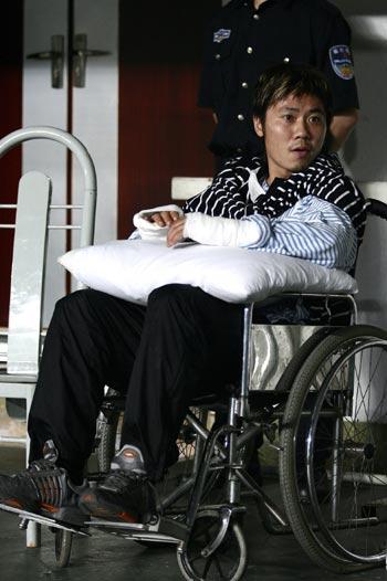 图文:深圳主场3-2厦门 陆博飞垫着枕头看球
