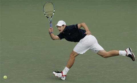 图文:06美网男子单打决赛开战 罗迪克奋力回球