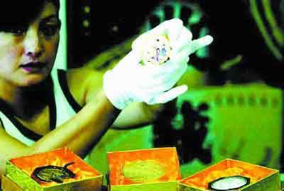 """纯金""""月饼""""北京上市 重量40克售价超万元(图)"""