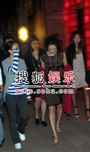 《夜宴》群星酒吧寻欢 周迅变章子怡跟班(图)